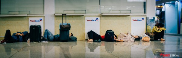 Hành khách khổ sở nằm vật vờ suốt đêm tại sân bay Tân Sơn Nhất chờ check-in - ảnh 14