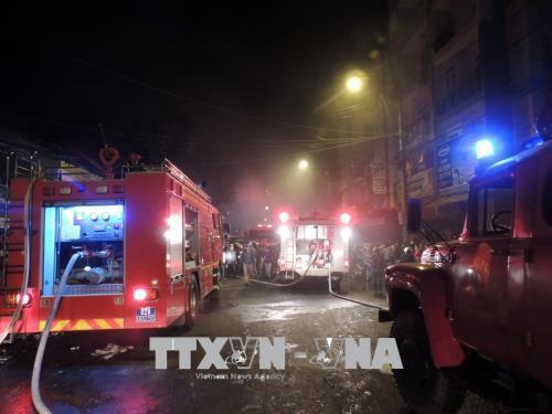 Cháy lớn, thiêu rụi 3 ngôi nhà liền kề tại thành phố Kon Tum  - Ảnh 3.