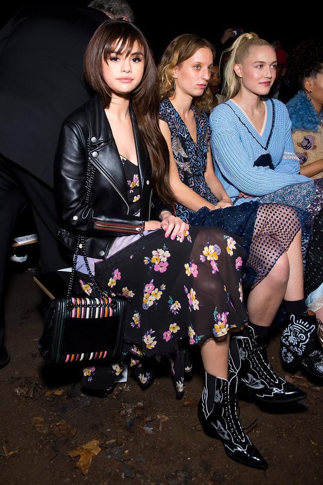 Cùng chễm chệ ghế đầu tại show thời trang, Selena Gomez và Park Shin Hye - nàng nào nổi bật hơn? - Ảnh 3.