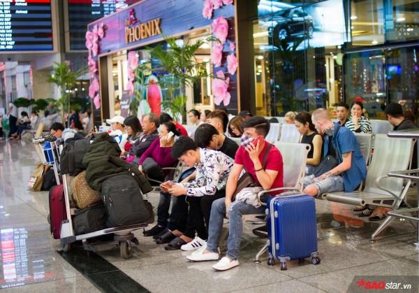 Hành khách khổ sở nằm vật vờ suốt đêm tại sân bay Tân Sơn Nhất chờ check-in - ảnh 3