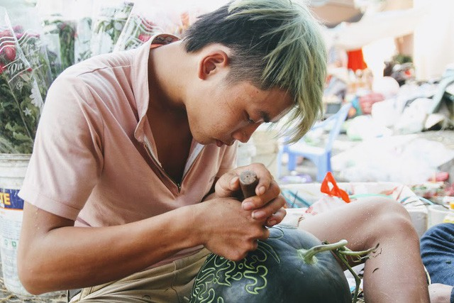 Thợ khắc dưa hấu kiếm 6-7 triệu đồng trong vài ngày cận Tết - Ảnh 3.