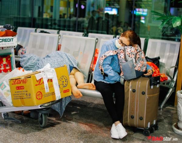 Hành khách khổ sở nằm vật vờ suốt đêm tại sân bay Tân Sơn Nhất chờ check-in - ảnh 4