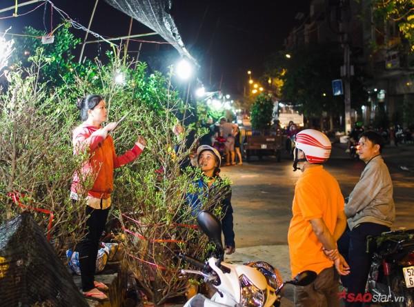 Co ro trắng đêm bán dịp Tết, người nông dân vẫn thấp thỏm vì tâm lý đợi đêm 30 mua hoa giờ chót - Ảnh 4.