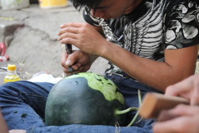 Thợ khắc dưa hấu kiếm 6-7 triệu đồng trong vài ngày cận Tết - ảnh 4