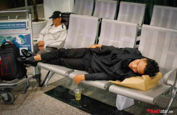 Hành khách khổ sở nằm vật vờ suốt đêm tại sân bay Tân Sơn Nhất chờ check-in - ảnh 5