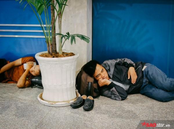 Hành khách khổ sở nằm vật vờ suốt đêm tại sân bay Tân Sơn Nhất chờ check-in - ảnh 7