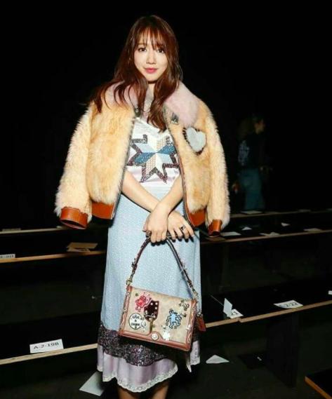 Cùng chễm chệ ghế đầu tại show thời trang, Selena Gomez và Park Shin Hye - nàng nào nổi bật hơn? - Ảnh 8.