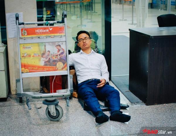 Hành khách khổ sở nằm vật vờ suốt đêm tại sân bay Tân Sơn Nhất chờ check-in - ảnh 8
