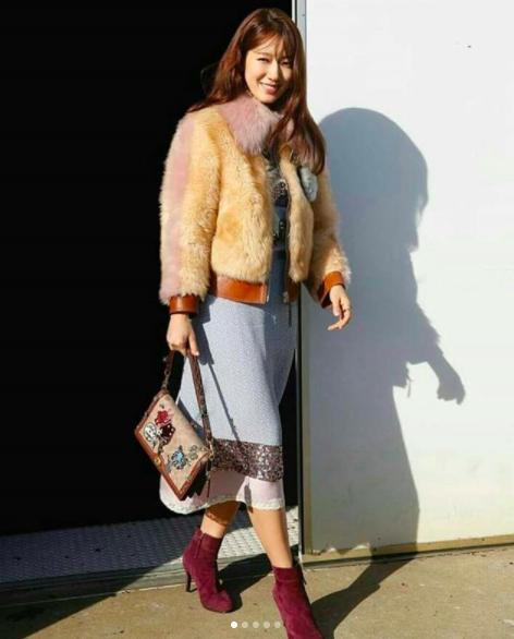 Cùng chễm chệ ghế đầu tại show thời trang, Selena Gomez và Park Shin Hye - nàng nào nổi bật hơn? - Ảnh 9.