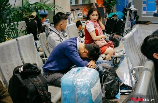 Hành khách khổ sở nằm vật vờ suốt đêm tại sân bay Tân Sơn Nhất chờ check-in - ảnh 9