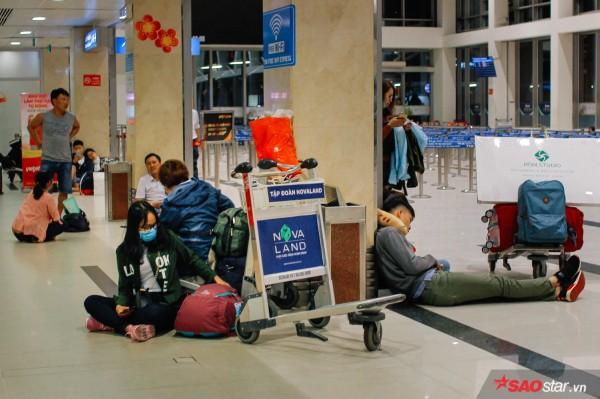 Hành khách khổ sở nằm vật vờ suốt đêm tại sân bay Tân Sơn Nhất chờ check-in - ảnh 10