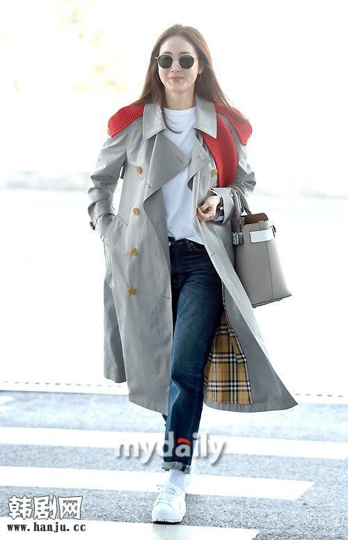 Choi Ji Woo trẻ trung diện đồ như gái đôi mươi sang London tham dự tuần lễ thời trang - Ảnh 1.