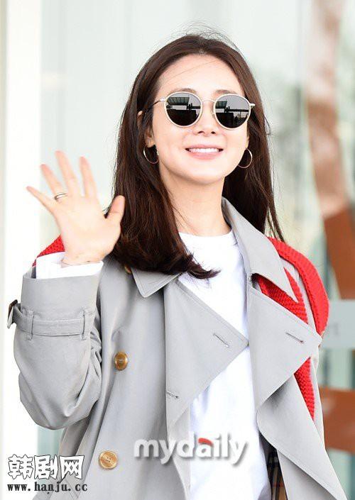Choi Ji Woo trẻ trung diện đồ như gái đôi mươi sang London tham dự tuần lễ thời trang - Ảnh 4.