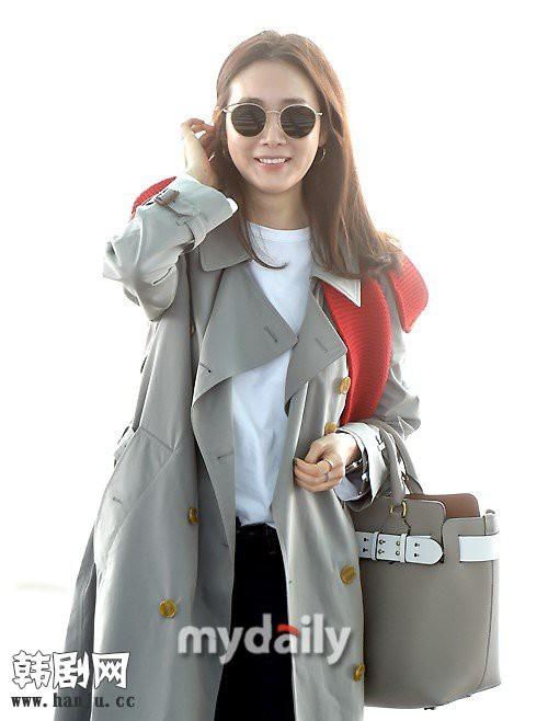 Choi Ji Woo trẻ trung diện đồ như gái đôi mươi sang London tham dự tuần lễ thời trang - Ảnh 6.