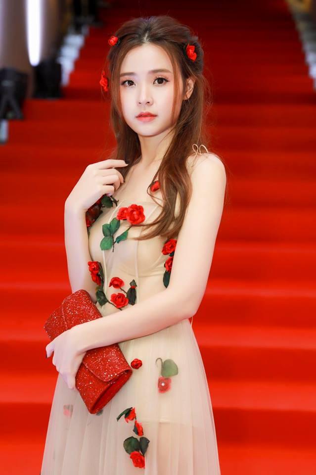 Không hẹn mà gặp, Midu và Nam Em cùng hóa thân thành nàng Xuân yêu kiều trong cùng 1 thiết kế váy hoa  - Ảnh 7.