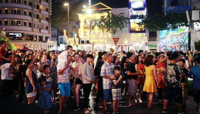 Người dân Hà Nội và Sài Gòn bắt đầu đổ ra đường, háo hức chờ bắn pháo hoa mừng năm mới Mậu Tuất 2018 - ảnh 6