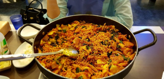 Câu chuyện đằng sau món lườn gà xào cay Dakgalbi, món ăn hấp dẫn nhất ở Chuncheon (Hàn Quốc) - ảnh 2