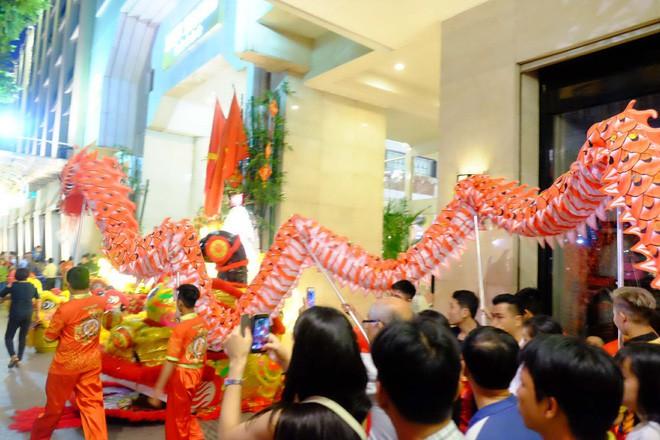 Lân sư rồng xuất hiện trên phố đi bộ Nguyễn Huệ, trẻ em reo hò thích thú chờ đợi biểu diễn - ảnh 1