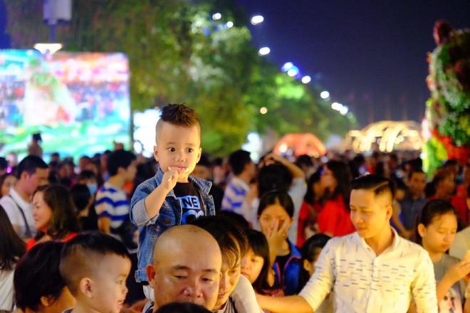 Lân sư rồng xuất hiện trên phố đi bộ Nguyễn Huệ, trẻ em reo hò thích thú chờ đợi biểu diễn - ảnh 2