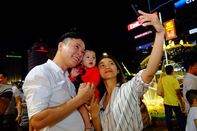 Lân sư rồng xuất hiện trên phố đi bộ Nguyễn Huệ, trẻ em reo hò thích thú chờ đợi biểu diễn - ảnh 3