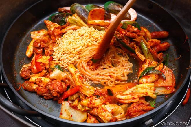 Câu chuyện đằng sau món lườn gà xào cay Dakgalbi, món ăn hấp dẫn nhất ở Chuncheon (Hàn Quốc) - ảnh 5