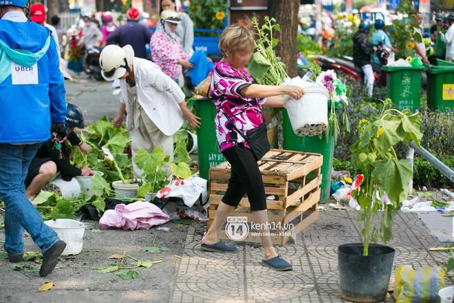Ai cũng mong Tết, nhưng rồi cảnh người bán đập chậu, người mua ép giá rồi lao vào hôi hoa ngày 30 Tết vẫn tái diễn - ảnh 6