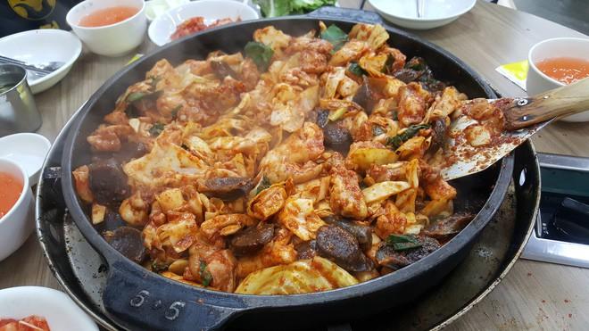 Câu chuyện đằng sau món lườn gà xào cay Dakgalbi, món ăn hấp dẫn nhất ở Chuncheon (Hàn Quốc) - ảnh 10
