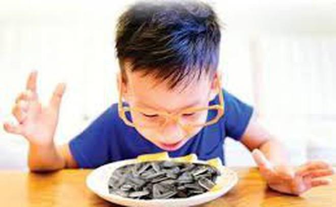 Chuyên gia cảnh báo trẻ dễ bị hóc dị vật, chấn thương mắt dịp Tết - Ảnh 1.