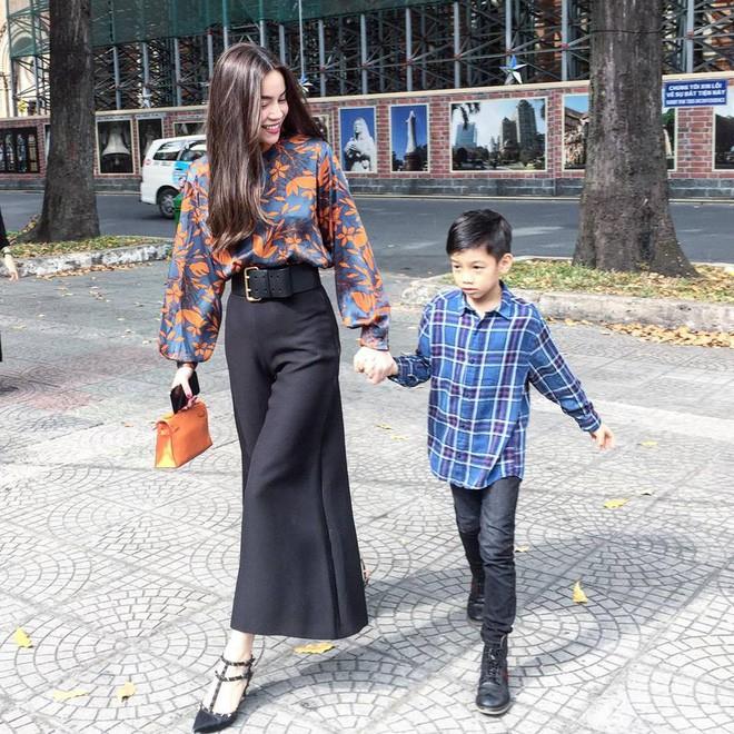Chẳng riêng gì sao Việt, các nhóc tỳ nhà sao cũng xúng xính áo dài đón Xuân mới - Ảnh 1.