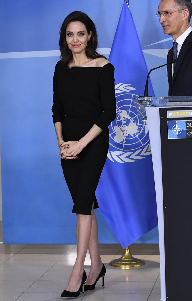 Diện đồ đơn giản, nhưng ít ai ngờ Angelina Jolie đã chi gần 500 triệu đồng cho trang phục trong chuyến đi Paris vừa qua - Ảnh 10.