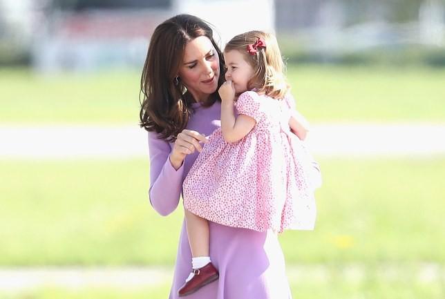 Mẹ con nhà Công nương Kate đều tin dùng mỗi loại kem dưỡng da tay giá chỉ hơn 200 ngàn đồng này - Ảnh 1.
