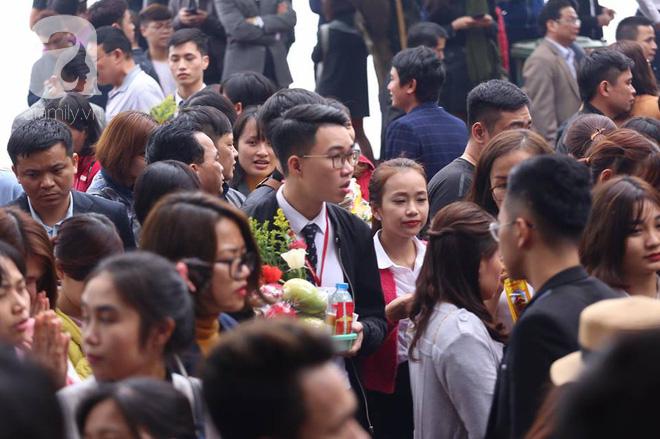 Dân công sở Hà Nội tranh thủ giờ trưa rủ nhau đi lễ chùa đầu năm - Ảnh 5.