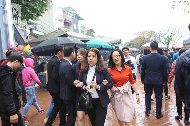 Dân công sở Hà Nội tranh thủ giờ trưa rủ nhau đi lễ chùa đầu năm - Ảnh 1.