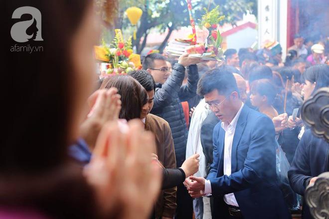 Dân công sở Hà Nội tranh thủ giờ trưa rủ nhau đi lễ chùa đầu năm - Ảnh 6.