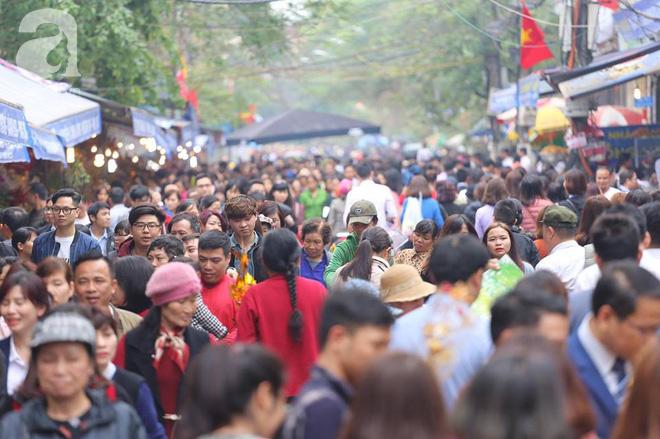 Dân công sở Hà Nội tranh thủ giờ trưa rủ nhau đi lễ chùa đầu năm - Ảnh 22.