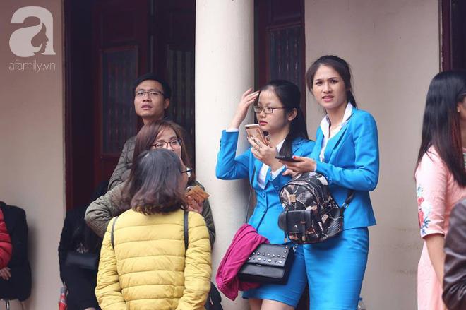 Dân công sở Hà Nội tranh thủ giờ trưa rủ nhau đi lễ chùa đầu năm - Ảnh 8.