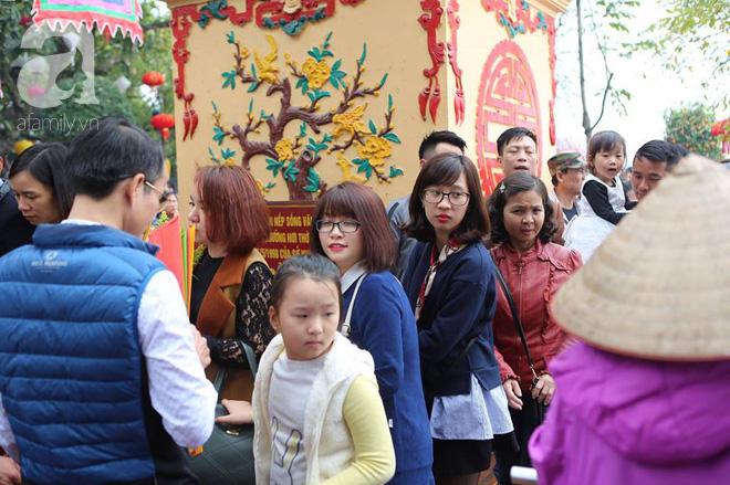 Dân công sở Hà Nội tranh thủ giờ trưa rủ nhau đi lễ chùa đầu năm - Ảnh 2.