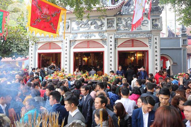 Dân công sở Hà Nội tranh thủ giờ trưa rủ nhau đi lễ chùa đầu năm - Ảnh 20.