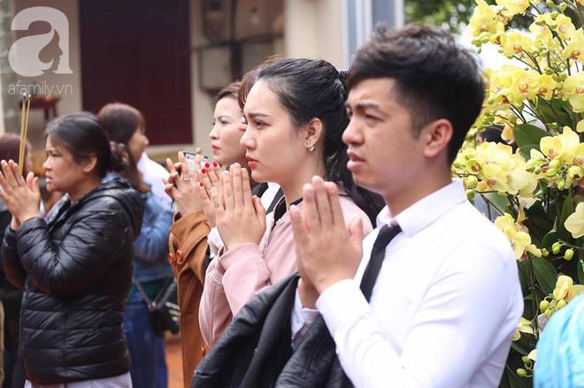 Dân công sở Hà Nội tranh thủ giờ trưa rủ nhau đi lễ chùa đầu năm - Ảnh 4.