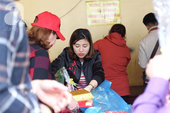 Dân công sở Hà Nội tranh thủ giờ trưa rủ nhau đi lễ chùa đầu năm - Ảnh 3.