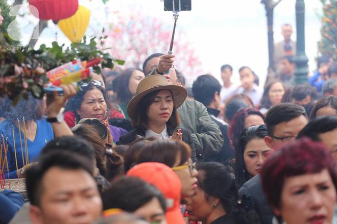 Dân công sở Hà Nội tranh thủ giờ trưa rủ nhau đi lễ chùa đầu năm - Ảnh 12.