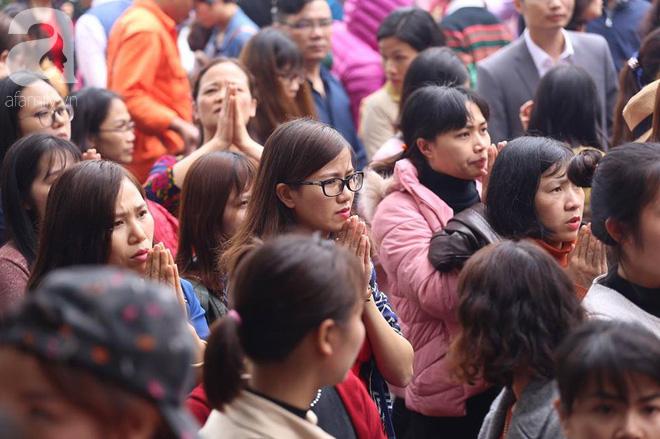 Dân công sở Hà Nội tranh thủ giờ trưa rủ nhau đi lễ chùa đầu năm - Ảnh 14.