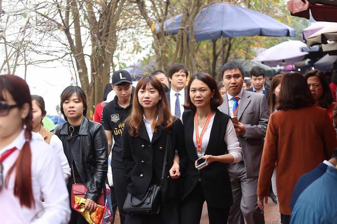 Dân công sở Hà Nội tranh thủ giờ trưa rủ nhau đi lễ chùa đầu năm - Ảnh 16.