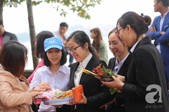Dân công sở Hà Nội tranh thủ giờ trưa rủ nhau đi lễ chùa đầu năm - Ảnh 17.