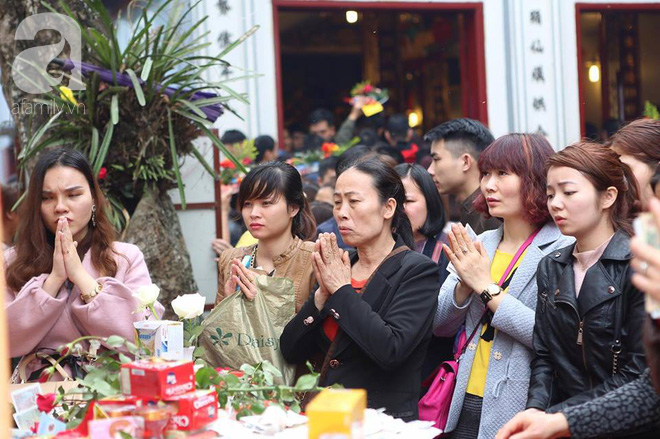 Dân công sở Hà Nội tranh thủ giờ trưa rủ nhau đi lễ chùa đầu năm - Ảnh 10.