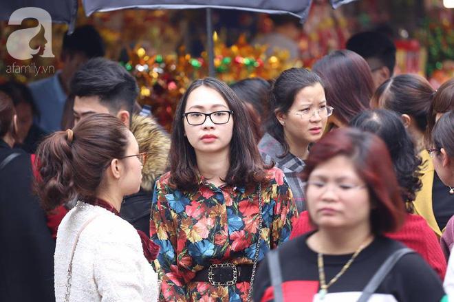 Dân công sở Hà Nội tranh thủ giờ trưa rủ nhau đi lễ chùa đầu năm - Ảnh 9.