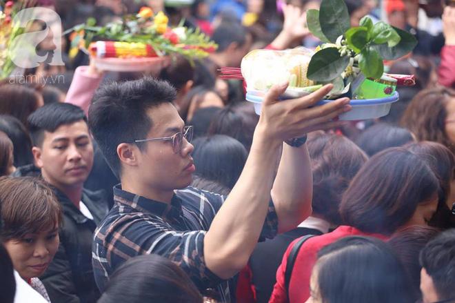 Dân công sở Hà Nội tranh thủ giờ trưa rủ nhau đi lễ chùa đầu năm - Ảnh 19.