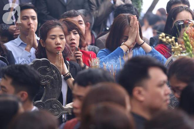 Dân công sở Hà Nội tranh thủ giờ trưa rủ nhau đi lễ chùa đầu năm - Ảnh 7.