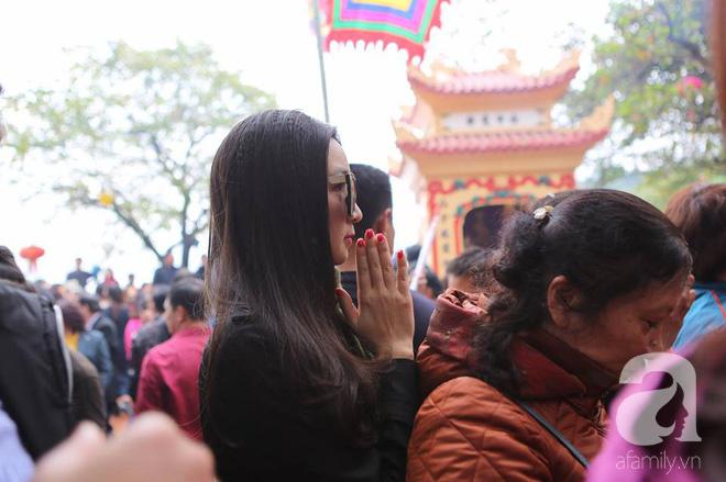 Dân công sở Hà Nội tranh thủ giờ trưa rủ nhau đi lễ chùa đầu năm - Ảnh 21.