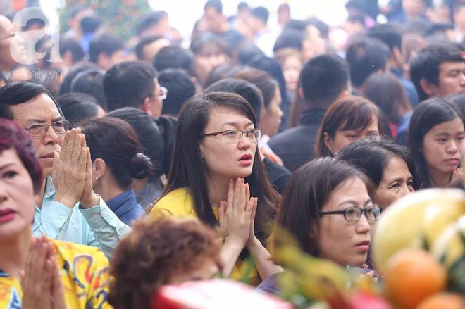 Dân công sở Hà Nội tranh thủ giờ trưa rủ nhau đi lễ chùa đầu năm - Ảnh 18.